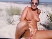 Ein Mädchen masturbiert am öffentlichen Strand